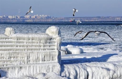 Черное море замерзло. Лед блокирует корабли. КрымФАН.