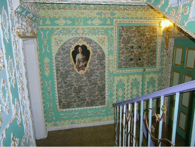"""Правда или нет? Киевский пенсионер превратил три этажа своего подъезда в """"Версаль"""""""