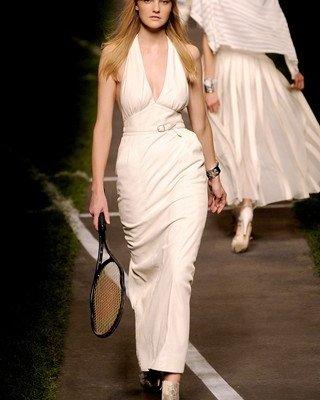 В моду вернулись платья-макси с цветочным принтом.