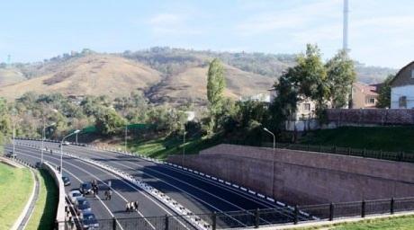 10 тенге будет стоить проезд по Восточной объездной дороге в Алматы.  Также платными станут улицы Аль-Фараби и Саина...