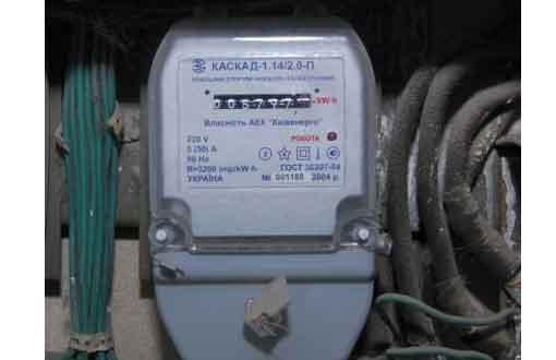 Вскрыв корпус электросчетчика, он установил в нем несколько устройств, отключающих счетный.