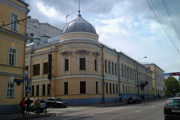 А вы знаете, что в центре Москвы идёт война.  Уже более 100 дней.  Место действия - улица Воздвиженка...
