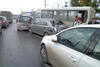 В Челябинске маршрутное такси протаранило шесть иномарок В Челябинске, 20 сентября, в 08.15 на улице Чичерина...