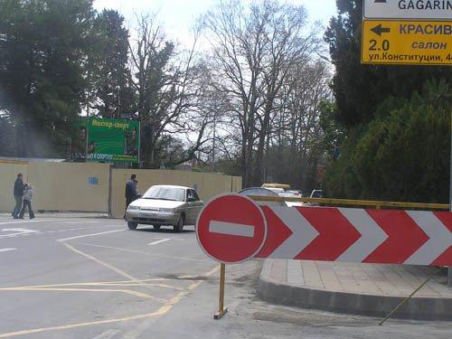 Схему дорожного движения через адлерский ж/д переезд изменят в Сочи.