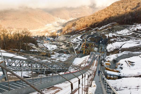 Полицейские выявили преступную схему получения доходов при строительстве олимпийских объектов в Сочи.