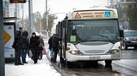 В автобусах Астаны введут электронные билеты Решение было принято из-за частых нарушений ПДД водителями автобусов...