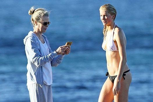 Ким Бесингер показала свою 17-летнюю  дочь