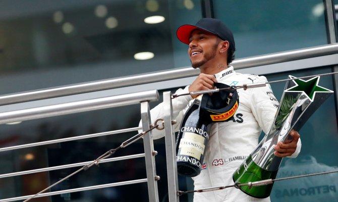 В субботу британский гонщик выиграл квалификацию <nobr>Гран-при </nobr>Италии теперь на его счету 69 побед.