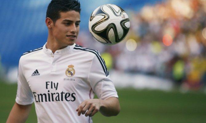 Хамес Родригес (Реал) с мячом.