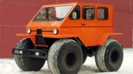 Автомобиль вездеход-амфибия на шинах сверхнизкого давления с оригинальной вагонной...